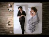 Мужик и девушка на кровати
